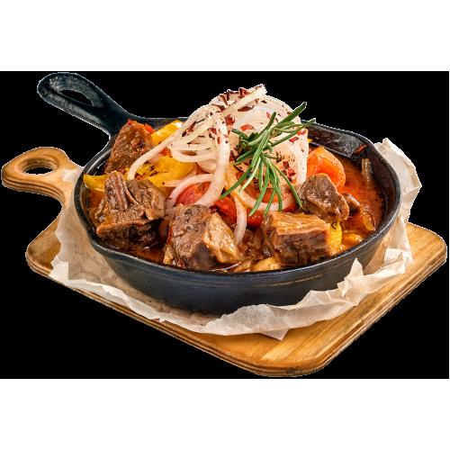Сковородка из мякоти говяжьей рульки с нутом и овощами